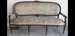 Antigo sofá de 3 lugares em madeira nobre.