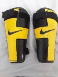 Vendo Caneleira de futebol da marca Nike !
