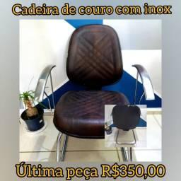 Cadeira bem confortável de couro marrom e base em inox - Última unidade!