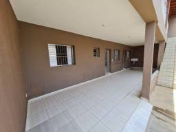 Aluga-se casa de 3 cômodos com área e garagem coberta