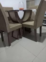 Linda mesa de.vidro com 4 cadeira confotaveis