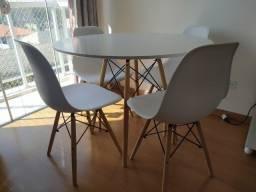 Kit Mesa de Jantar e 4 Cadeiras Eames Eiffel