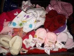 Meias e sapatinhos de bebê recém-nascido