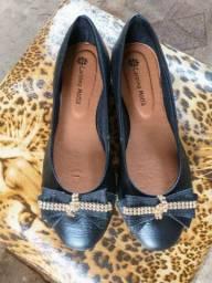 Sapatos novos da fábrica no 35 e no 36