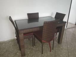 Mesa com 4 cadeiras e rack