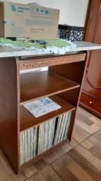 Mesa com 121 discos