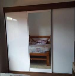 Guarda roupa branco com espelho inteiriço porta de correr