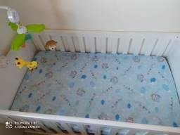 Berço que vira mini cama com colchão e móbile