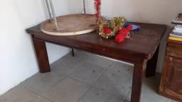 Mesa com cadeiras de madeiras