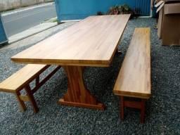 Mesa com 2 bancos semi nova..