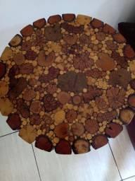 Mesa redonda artesanal, toco de madeira e invernizada
