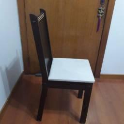 Cadeira marrom em madeira