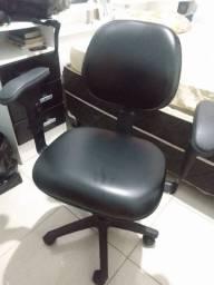 Cadeira de escritório de couro semi nova