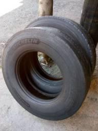 Dois pneus 275 por