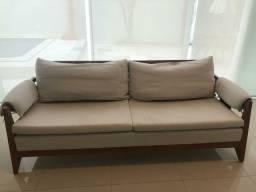 Sofá em madeira e tecido