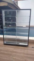 vitrines de vidro e rodinhas - cada uma com seu preço