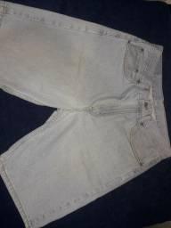 Bermuda jeans marca Levis. Veste 42. Estado de Nova. Usada uma vez.