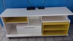 Rack branco com nichos amarelos