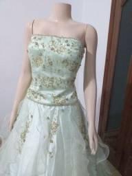 Vende-se Vestidos de Debutante Verde Água com detalhe nas costas. Usado 2x