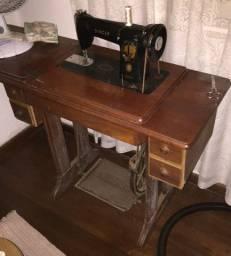 Máquina de costura antiga (década de 50) - Marca Singer