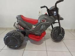 Moto elétrica infantil bem novinha 380$