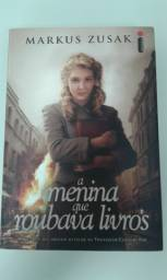 """Livro """"A Menina que Roubava Livros"""" Markus Zusak"""