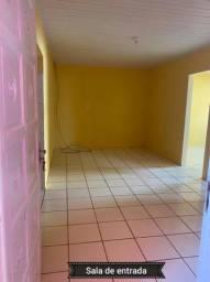Aluga casa no primeiro andar.