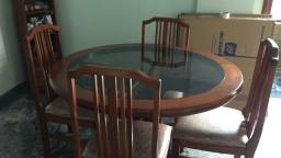 Mesa redonda em madeira maciça e tampo de vidro c/4 cadeiras