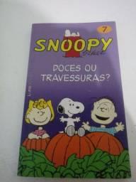 Conjunto de livros de tirinhas do Snoopy e um do Garfield
