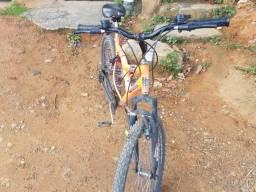 Bicicleta com amortecedores e marcha