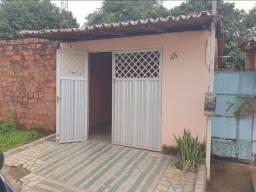 Aluga-se casa em frente a Praça Vila Roseana