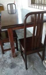 Mesa de madeira com 8 cadeiras