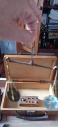 Título do anúncio: Antiga balança de bolso para garimpo com caixa/maleta