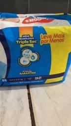 Fraldas huggies M 90 por 60 reais