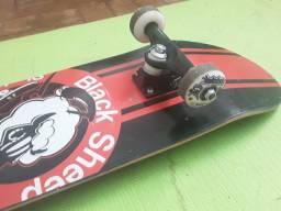 Kit com skate black sheep e acessórios