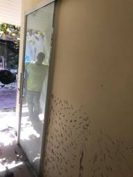 Portas de vidro - Porta de madeira - Vaso sanitário