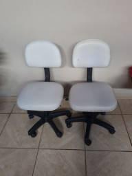 Cadeira ajustável  com encosto.