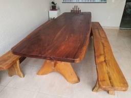 Mesa e bancos de madeira rústica