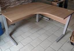 Vendo 2 mesas de escritório semi novas ,em ótimo estado !