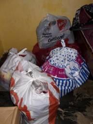 Vendo 4 sacolas com 25 peças de roupas pra brechó