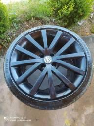 Roda aro 17 do Jetta com pneus.