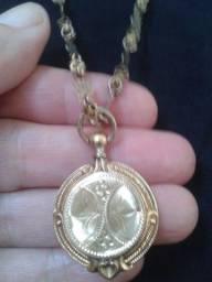 Conjunto de colar com pingente relicário antigos folheados a ouro.