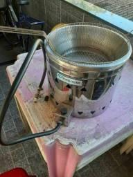 Fritadeira a gás muito nova. Utiliza botijão comum.