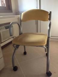 Cadeira amarela com rodinhas