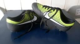 Chuteira Nike 42 campo e bolsa de brinde