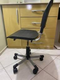 Cadeira plástica preta