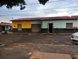 Casa com ponto de comércio e garagem