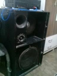 Vende-se uma caixa de som com um amplificador
