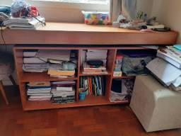 Excelente escrivaninha com área para livros