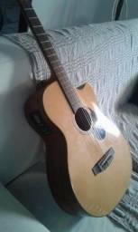 Um violão elétrico com capa comprei p aprender e não consegui